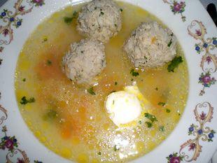 Ciorbă de perişoare, eine beliebte, gehaltvolle Suppe aus dem Süden Rumäniens. Diese Rezeptversion stammt aus dem Banater Raum.