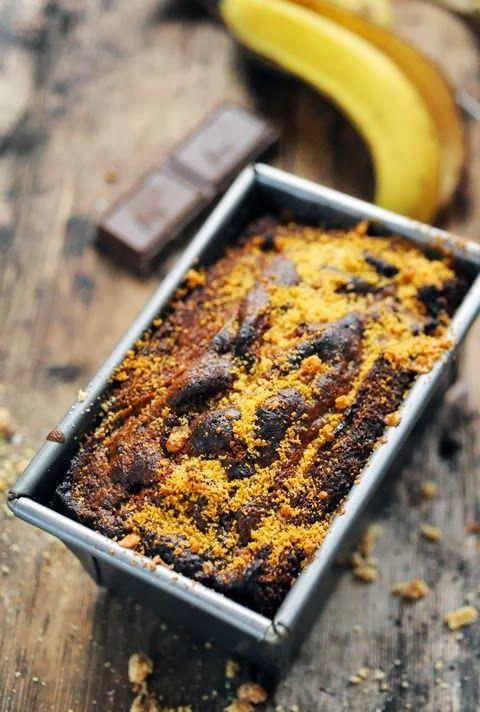 Cake à la banane et au chocolat aux noisettes .