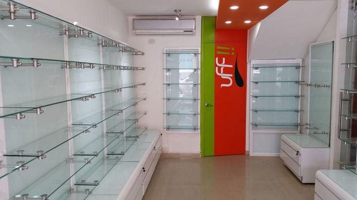 Mobiliario con vidrio templado + accesorios en acero inoxidable