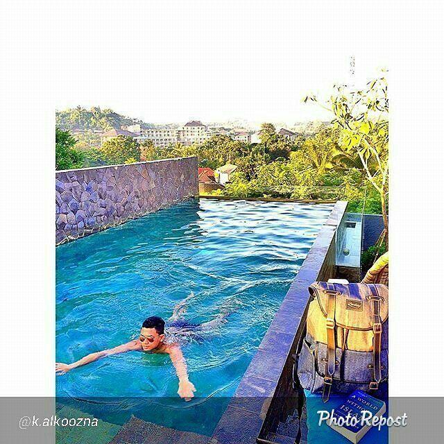 Foto tas Lomberg Denise Grey By @k.alkoozna  #foto #lombafoto #photocontest #photo #tas #denim #jeans #indonesia #tasransel #ransel #tasranseljeans #renang #swimming