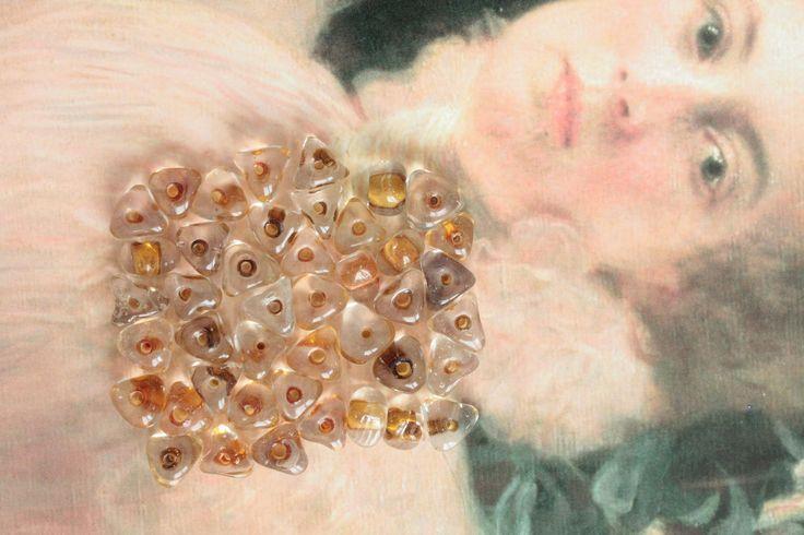 43 perles translucides et ambre, perles triangulaires, perles 1 cm, fournitures bijoux, 803 http://etsy.me/2znh7pZ #fournitures #transparent #plastiqueetresine #non #loisirscreatifspourenfants #triangle #noel #orange #lotde
