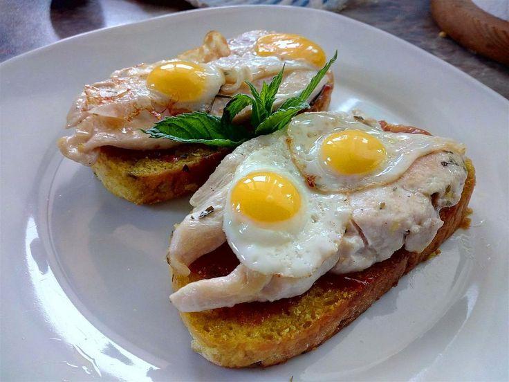 Canapés con huevo de codorniz, pollo y mermelada de fresas - Bruschetta con pollo e uova di quaglia - Quail egg bruschetta with chicken and strawberry