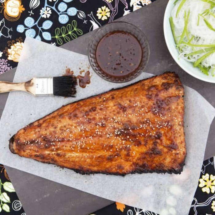 Att grilla hel laxsida är ett smidigt sätt att laga mat åt många. Låt inte laxen tillagas direkt ovanför den heta kolen.