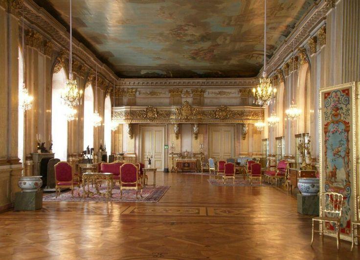 https://i2.wp.com/i.pinimg.com/736x/c2/98/f5/c298f57e6892cdf9ff9439ce66847c8d--palace-interior-white-sea.jpg?resize=450,300