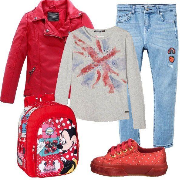 L'outfit è composto da un chiodo in similpelle rosso, la maglia in cotone a manica lunga Patrizia Pepe Jeans ed un paio di jeans con le patches. Completano il look lo zainetto con Minnie ed un paio di scarpe da tennis rosse a pois.