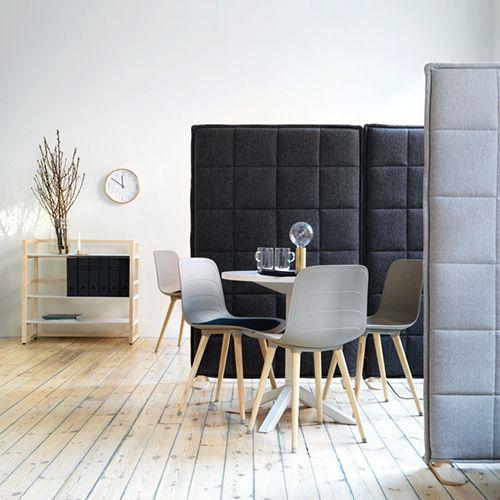 Stitch fra Abstracta er en moderne akustikvæg som kan bruges til skillevæg af arbejdspladser, til at lave møderum og er med til at forbedre lydniveauet.