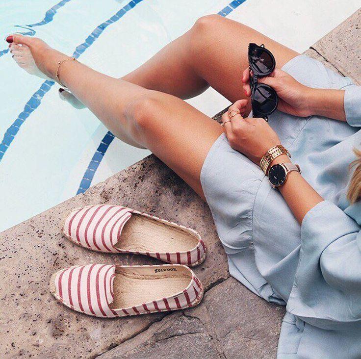 Какую обувь взять с собой в отпуск?🤔 Хороший вопрос👍 И мы поможем в этом тебе определиться👼 Вам точно понадобятся 3 пары: открытые пляжные сланцы/шлепки без каблука, удобные тканевые балетки, босоножки без каблука с фиксацией, и пара спортивных кроссовок, обязательно дышащих👟 P.s.: Никогда не берите в отпуск совсем новую обувь, которую ещё не носили☝ Зачастую, какой бы не был именитый бренд, пара все равно может натирать и доставлять дискомфорт😳 А разве нам нужны на отдыхе эти…