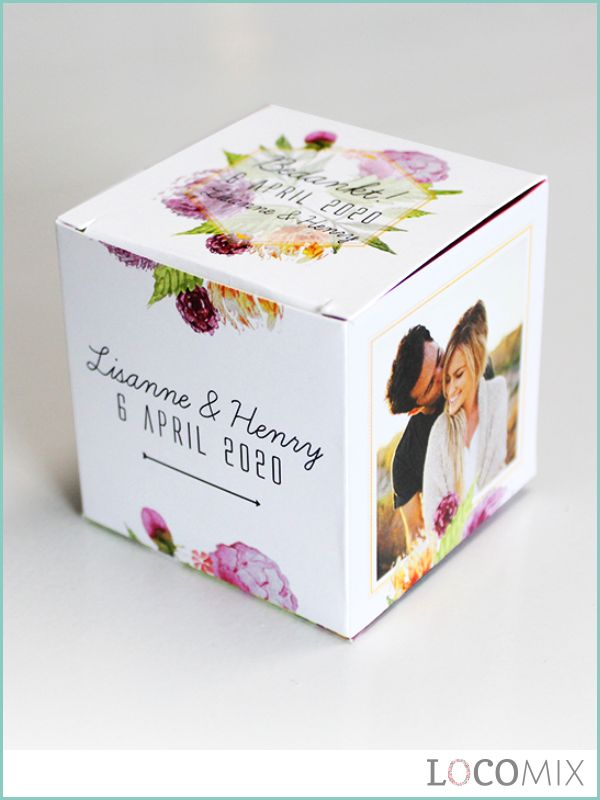 Dit gepersonaliseerde kubusdoosje met snoep mag niet ontbreken op jullie bruiloft! De doosjes kunnen helemaal op wens worden vormgegeven of kies er voor om zelf het doosje te ontwerpen. Kies jullie favoriete soort snoep en verras jullie gasten!