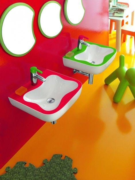 Florakids - kolekcja łazienkowa zaprojektowana specjalnie dla dzieci; przyjazne kształty, materiały, kolory; do wyboru: umywalki, sedesy, lustra, półki, baterie z rozwiązaniami oszczędzającymi wodę zimną i ciepłą. Cena: ok. 763 zł/umywalka ścienna dwukolorowa 45x41 cm, 861 i ok. 1.009 zł/bateria (bez lub z korkiem automatycznym), ok. 972 i 1.095 zł/element lustra (segmenty głowa i tułów gąsienicy), Laufen.