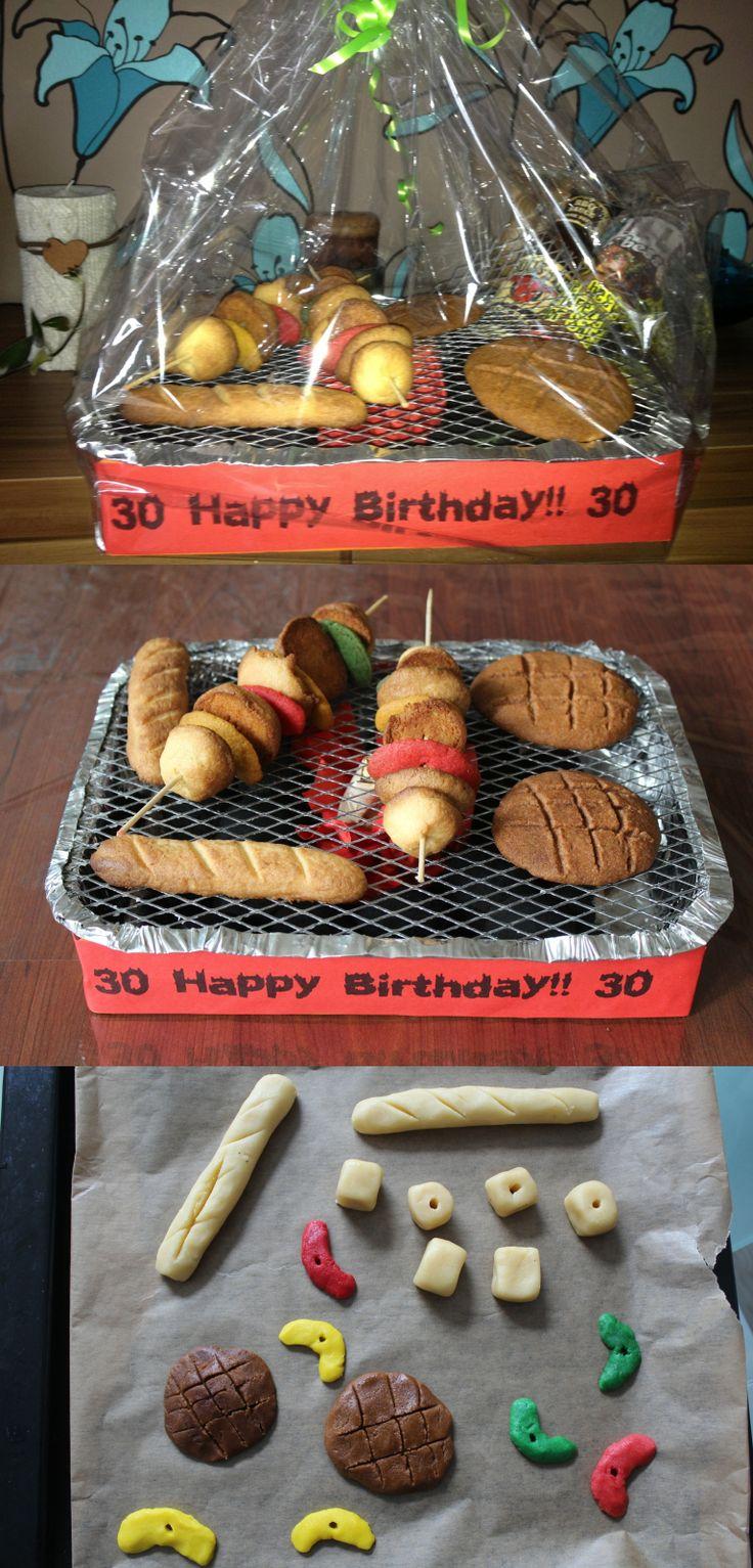 Super Geschenk für Grill-Freunde. Einweggrill, einfache Plätzchen gefärbt und geformt und fertig! Awesome gift/ present for barbecue-lovers. Disposable barbecue, homemade colored cookies.