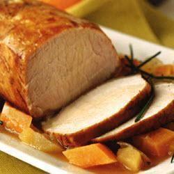 Rôti de porc glacé à l'orange, patates douces, carottes et pommes