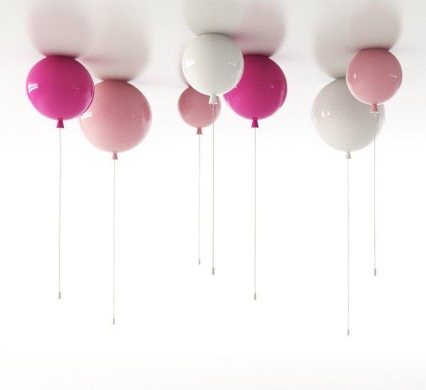 Memory, di Brokis, è un'originale lampada, progettata da Boris Klimek, con una riconoscibile influenza infantile. Infatti le Memory Ceiling assomigliano a dei palloncini, da accendere e spegnere con corde appese, che renderanno la vostra camera ancora di più un posto felice. Tre dimensioni ed una gamma di colori in finitura lucida daranno libero sfogo alla vostra fantasia per creare un'illuminazione diversa. Le lampade Memory possono essere accese tirando il cordoncino, ma possono anche…