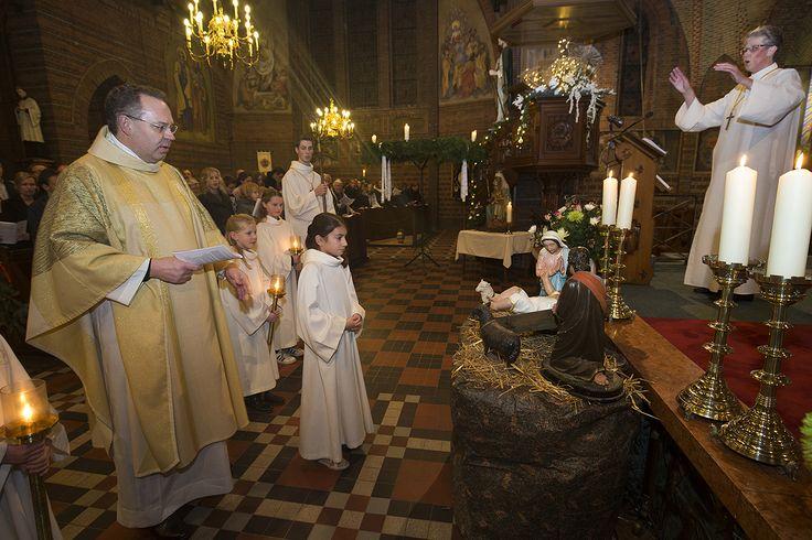 """""""De kartonnen paus gaat bij gelegenheden mee"""", legt de pastoor onderweg uit. """"Nee, het is geen actie van het bisdom. Ik heb de paus zelf besteld bij PIM Print. Kan iedereen doen met zijn eigen foto.""""  http://www.pimprint.nl/levensgrote-foto-op-karton/"""
