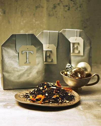 Der Riesen-Teebeutel ist mit feinsten Aromen gefüllt: Orange, Sternanis und Zimt, unter edlen, schwarzen Tee gemischt. Riesen-Teebeutel aus Geschenk- oder Packpapier falten, den Geschenkanhänger (z. B. von www.schacht-westerich.de) mit silberfarben lackiertem Buchstaben von (z. B. www.idee-shop.de) versehen. Zum Rezept: Wintertee