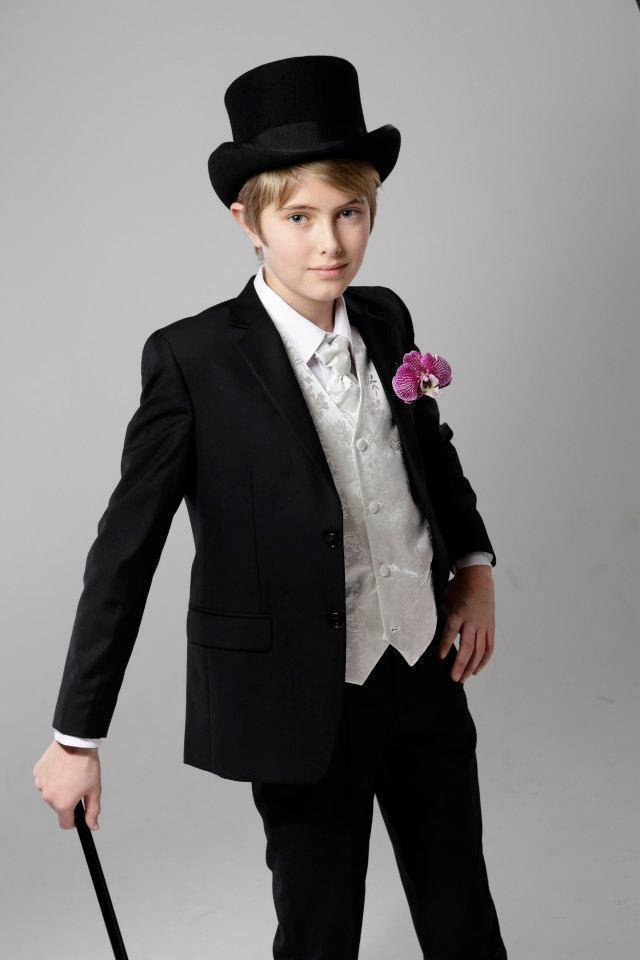 Brudesvenn i Nordavind dress til gutt. Flosshatt, stokk, skjorte, vest og pastrone fra Zlixx of Scandinavia.