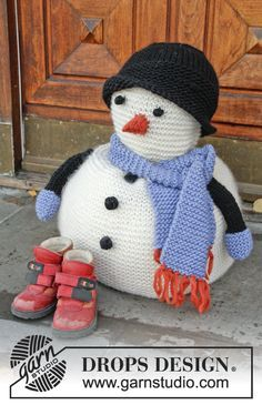 This sweet little snowman with scarf and hat is very lovable don't you think? Free pattern by #DROPSDesign online now! #knitting #DROPSChristmasCalendar