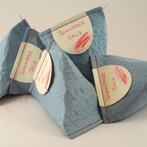 Eine schöne Verpackung macht immer was her – gerade für kleine Geschenke! Diese hier eignet sich für allerlei Kleinkram wie Schmuck, Teebeutel oder auch einfach nur Geld … Die genaue Anleitung findet Ihr unter http://www.dufttraum.com/2012/11/05/diy-geschenkverpackung/