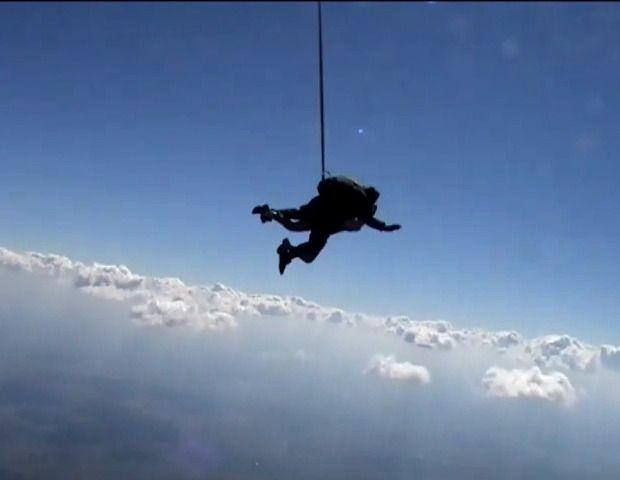 Primul salt cu paraşuta: minutul senzaţional de cădere liberă