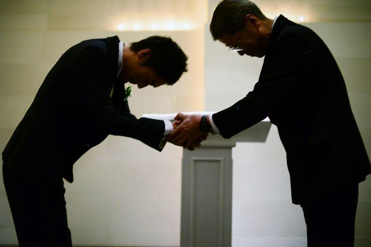 新婦の父との硬い握手