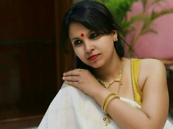 Real Life Hot Aunty In Saree With Sleeveless Blouse
