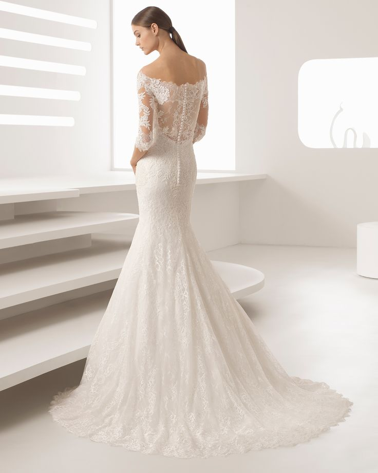 Vestido de novia corte sirena de encaje y pedrería con manga francesa y escote barco. Colección 2018 Rosa Clará.