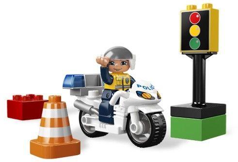 MOTOCICLETA DE POLITIE LEGO DUPLO (5679) DESCRIERE PRODUS  Asigura-te ca totul e in ordine in orasul LEGO ! Patruleaza pe aceasta bicicleta sa nu poluezi aerul astfel vei fi un model pentru cetateni ! Jucariile LEGO DUPLO sunt colorate, masive si nepericuloase pentru manute mici si imaginatie mare !
