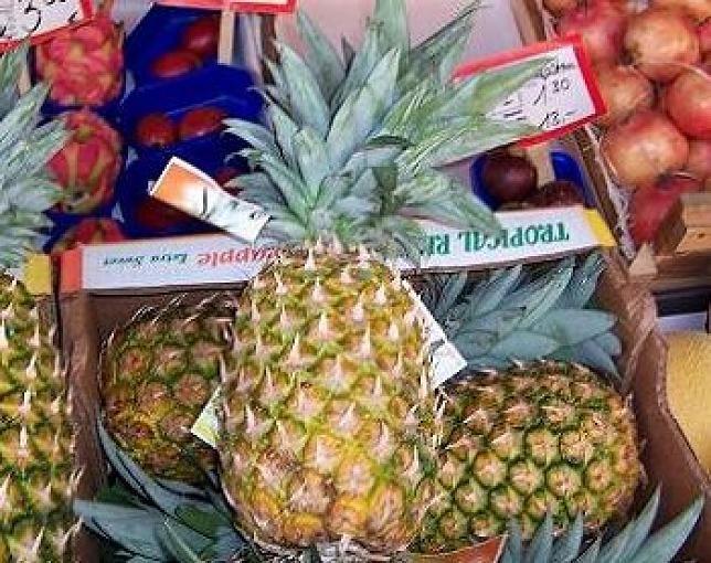 Ananas  Das in der Ananas enthaltene Bromelain soll bei frischen Verletzungen und damit eventuell verbundenen Entzündungen den Heilungsprozess beschleunigen. Dem Enzym wird aber auch eine positive Wirkung bei der Behandlung von rheumatischen Beschwerden nachgesagt.