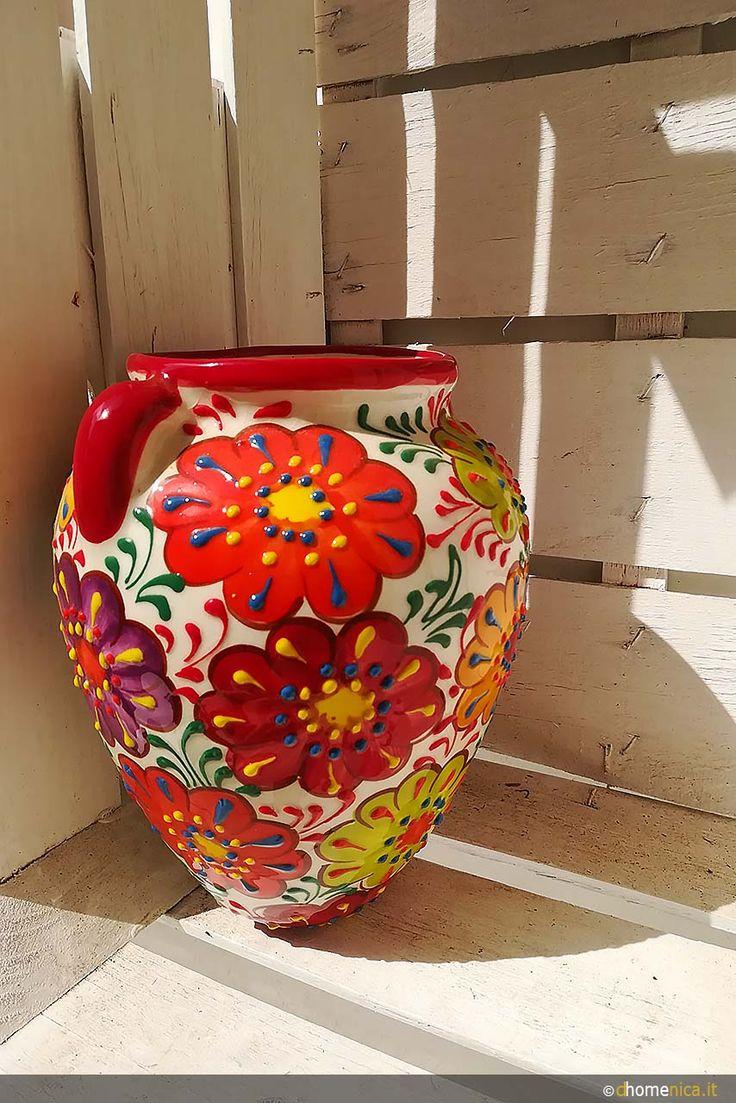Oggi vi mostriamo le ceramiche di Otranto. Un'esplosione di colori per decorare terrazze e balconi con l'originalità e la vivacità di creazioni fatte a mano.