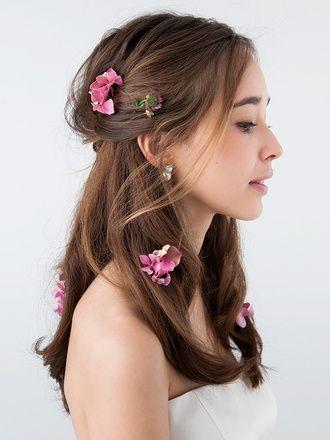ピンクの小花をちりばめたフェミニンなダウンは甘さのバランスをとって ウェディングドレス・カラードレスに合う〜ダウンの花嫁衣装の髪型まとめ一覧〜