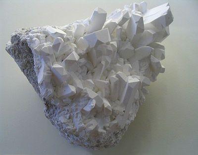 Borax crystals.jpg O bórax (Na2B4O7·10H2O), também conhecido como Borato de sódio ou Tetraborato de sódio é um mineral, um sal hidratado de sódio e ácido bórico. Facilmente solúvel em água