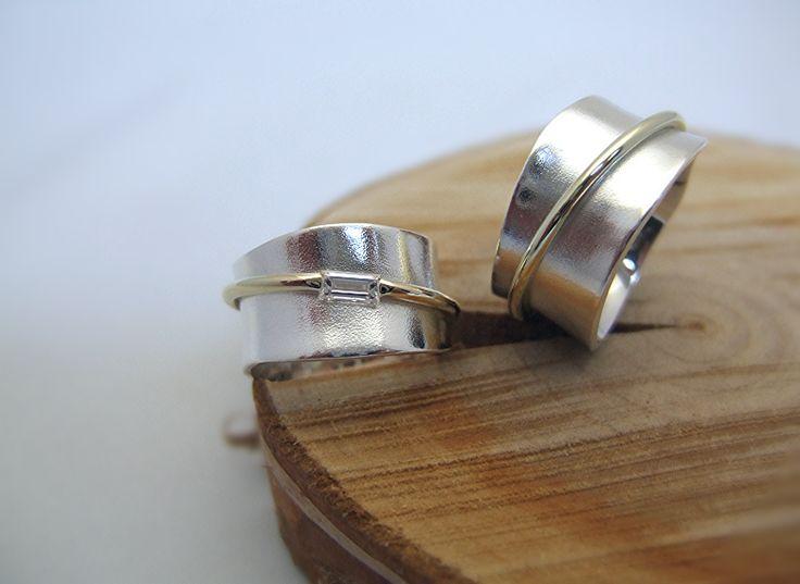 Zilveren trouwringen met een gouden element en baguette geslepen steen. Voor wie van breed houdt.