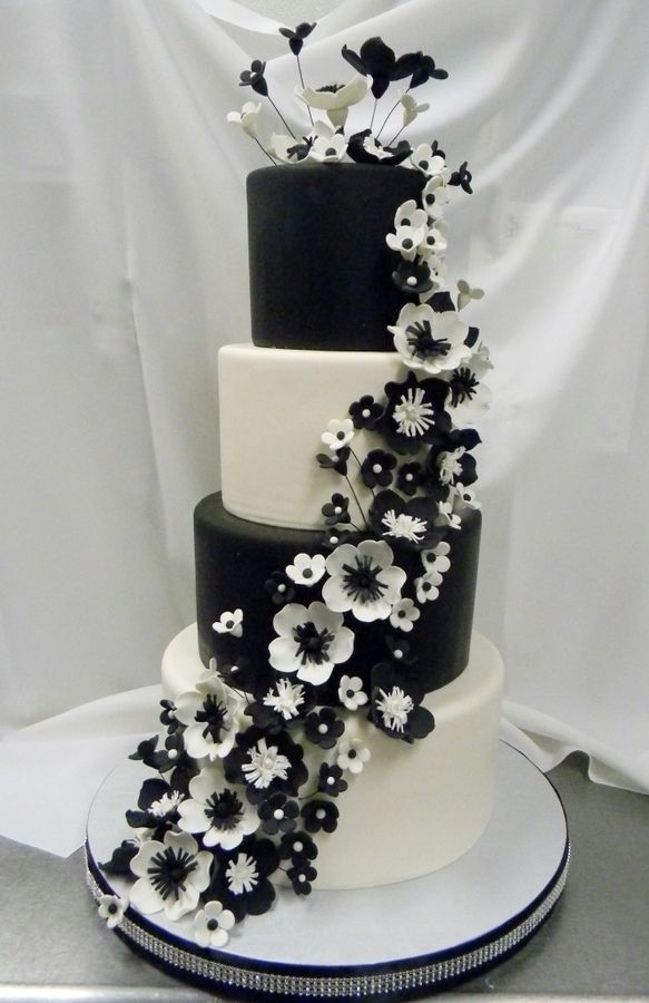 Great looking black and white wedding cake! // Via Cake Central.
