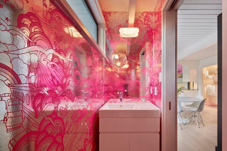 banheiro-psicodelico-com-paredes-prateadas-e-desenhos-rosa
