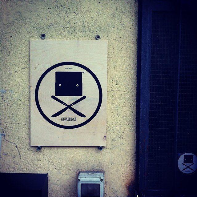 La nostra targa accanto la porta d'ingresso. Serigrafia su legno