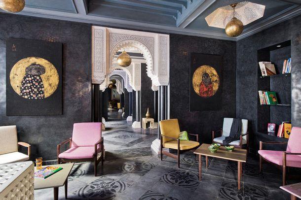 Коллекционер современного искусства открыла в Марракеше бутик-отель: не стала приглашать дизайнеров, и сама интерпретировала классические марокканские интерьеры сквозь призму поп-арта и уличного искусства.