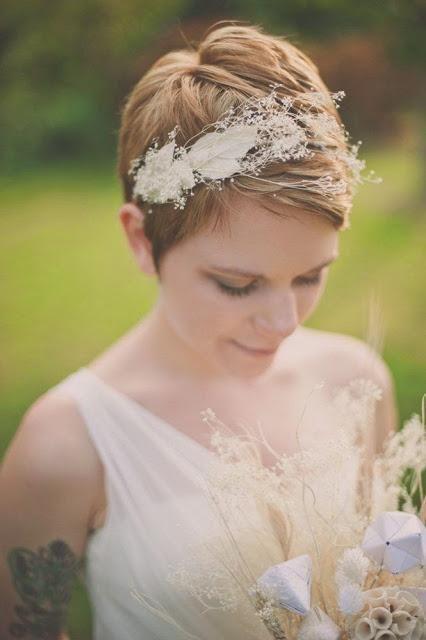 ¡Hola! Hoy quiero hablaros de novias con pelo corto, siempre que dedicamos un post de peinados suelen estar dirigidos a recogidos, melenas sueltas y esto, por supuesto, supone tener una buena melen...