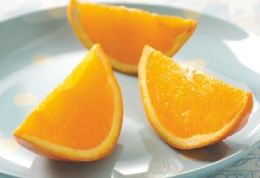 Enten man koser seg i solen ved hytteveggen eller raster i fjellheimen er påskeappelsinen et must!