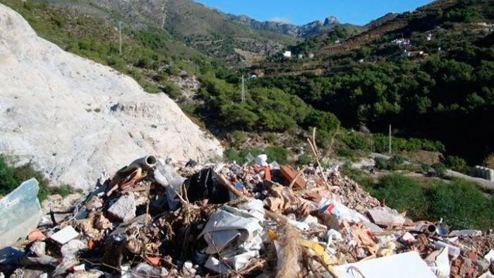 Este vertedero ilegal existe desde hace 15 años junto al río de la Miel, dentro del monte Pinar y dehesa del río Chillar y del Parque Natural Sierra Tejeda, Almijara y Alhama. Se investigan delitos contra los recursos naturales y el medio ambiente, falsedad y prevaricación.   #cargos publicos #investigados #vertedero