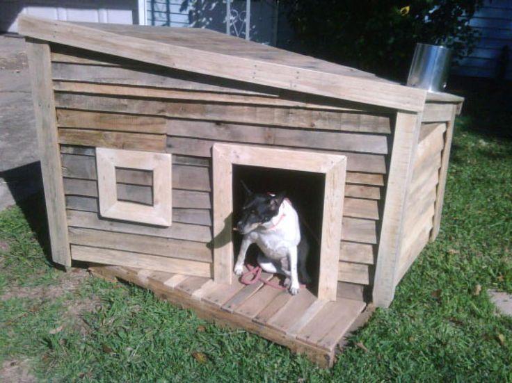 Esta casa fue construida para un evento de recaudación de fondos de rescate animal, donde se pidió a equipos de arquitectos y constructores para hacer perreras. Éste fue construido utilizando sólo materiales reciclados.