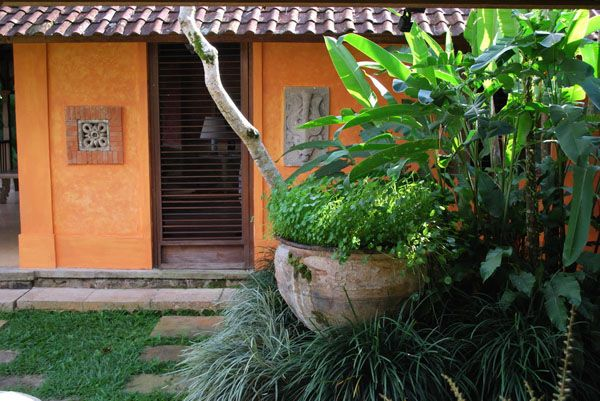 A Pocket Garden in the Presidential Suite Complex at the Taman Bebek, Ubud (Landscape & Interiors by Made Wijaya, 1995).