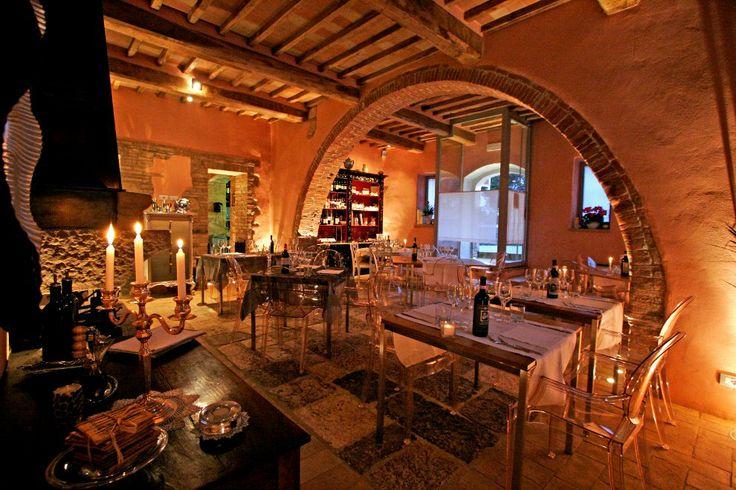 http://www.lalocandadelvinonobile.it/LP/ #Ristorante d'eccellenza... per degustare le specialità della #Toscana. Il Salotto Ristorante, elegante e raffinato, ti offre piatti tipici del territorio rigorosamente fatti a mano.  Tra una portata e l'altra ti faremo immergere nella cultura del vino, mettendoti a disposizione tutte le specialità delle aziende vinicole iscritte al consorzio del Vino Nobile di #Montepulciano. Su prenotazione si preparano menu personalizzati per #celiaci.