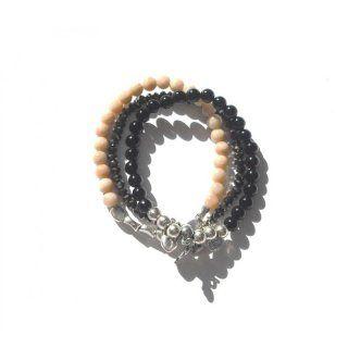 3-teilige Kombination aus verschiedenfärbigen Steinarmbändern in schwarz, lachs und grau mit kleinen Anhängern (Herz, Schlüssel, Krone usw. ...