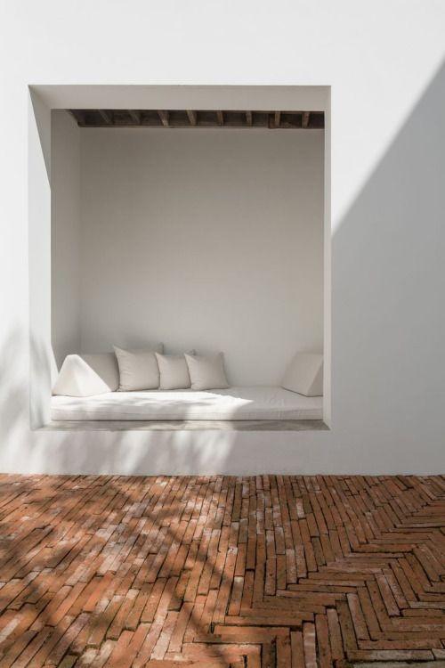 That nook ! and the brick floor. Especialmente el piso de ladrillo …