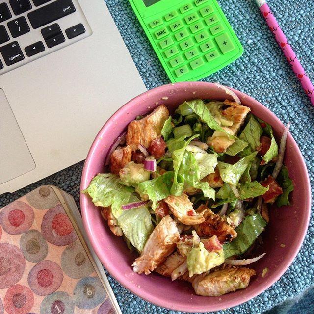 Almoçar em casa é 💗💚 Eu sou chaaaata pra comer alface, mas nessa receita que copiei do @buzzfeedtasty ... Hmmmm. Alface romana, tomate, cebola roxa, abacate, frango grelhado e um molho delicioso 💗💚 Rapidinho e fácil de fazer 💗 Vocês também ficam malucas(os) para fazer TODAS as receitas do Tasty? E as sobremesas 😋😋😂😂 #naocontocalorias #comidadeverdade
