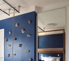 O garoto de 10 anos também ganhou uma parede de escalada, projetada pelas arquitetas Fernanda Morato e Marcia Monteiro. No teto, há um trepa-trepa, que atravessa o quarto... Foto: Divulgação: FM Arquitetura