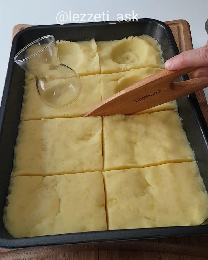 Videoyu sonuna kadar izleyip yorumlarınızı bekliyorum😍 Yapılışı çok basit çok lezzetli bir tarif..Aslında patates mantısıda diyebiliriz..İçinde lezzet katan çok fazla şey var.Mutlaka yapın derim 😊 Ahşap ürünlerim @bambum Patates mantısı 3 4 orta boy patatesi haslayıp ezelim.İçine 1 tatlı kasıgı tu...