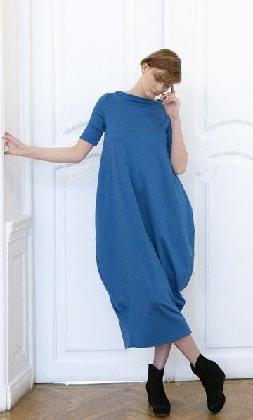 Sukiena uszyta z miękkiej, elastycznej dzianiny w kolorze turkusowym niebieskim (992%bawełna, 8%lycra) rozszerzona na wysokości bioder, zwężona ku dołowi, na dole wąska na szerokość kroku, rękawy do łokcia, lub dłuższe,  wąskie, wykończone  szerokimi mankietami, dług...
