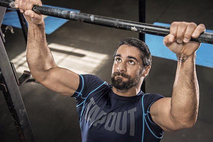 Seth Rollins haciendo ejercicio con ropa deportiva de Tapout / WWE©