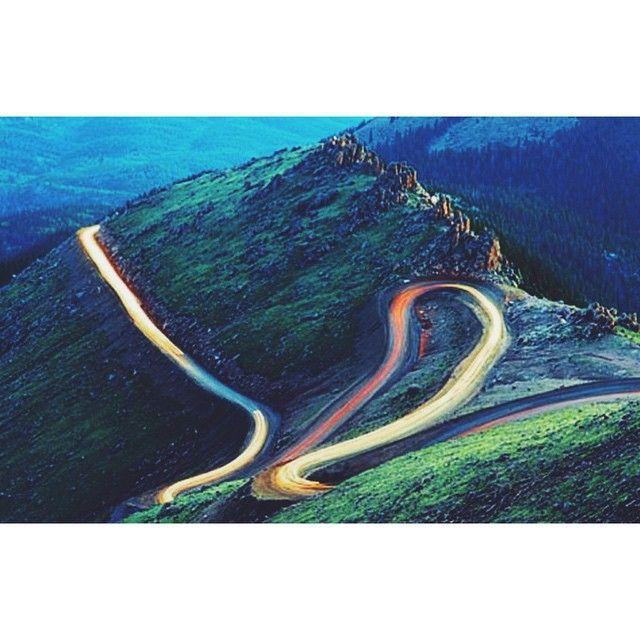 Гора Пайкс Пик, Колорадо. К вершине пика тянется знаменитая трасса, на которой проходят ежегодные международные авто-мото соревнования по подъёму на холм#pikespeak#красивыйвид#гоночнаятрасса#горы