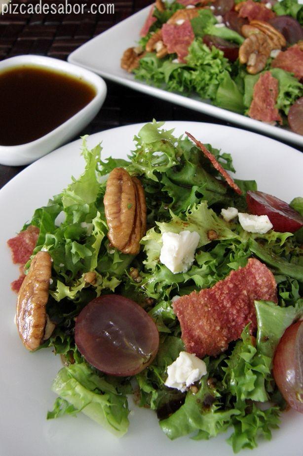 Ensalada con uvas rojas, tocino y nuez – Pizca de Sabor